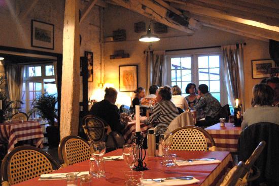 La Ferme Ostalapia : tables inside