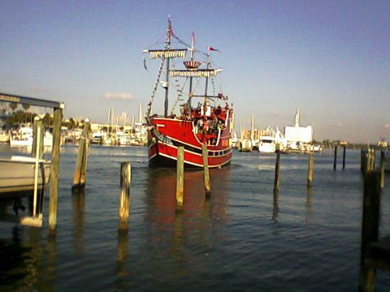 Beachwalk Inn: Pirate ship geting underway