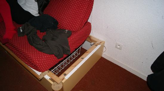 Residence Le Joker : banquette lit cassée avec vis apparentes!dangereux;;;;