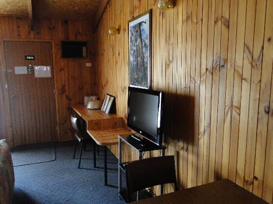 Country Roads Motor Inn: Counter area for tea and coffee.