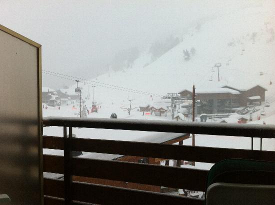 Hôtel Alpen Ruitor : la vue sur la station et les pistes depuis le balcon