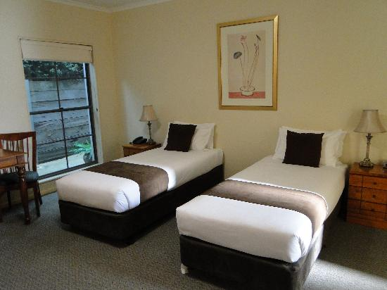 Quality Inn & Suites The Menzies : King Singles,very comfortable,window to garden wall.