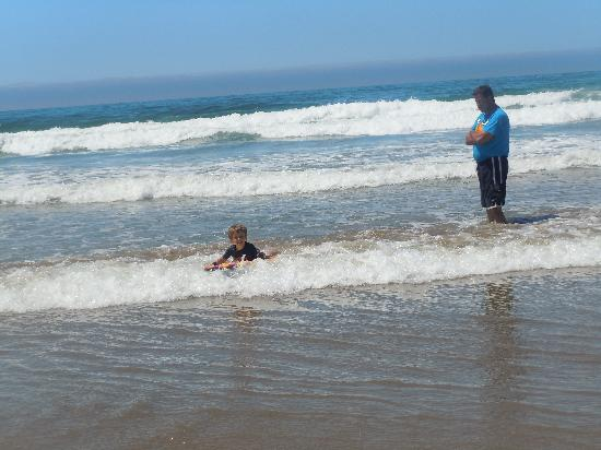 Ocean Palms Motel: 4 yr old 1st time boogie boarding. Small wave shallow perfect for all ages