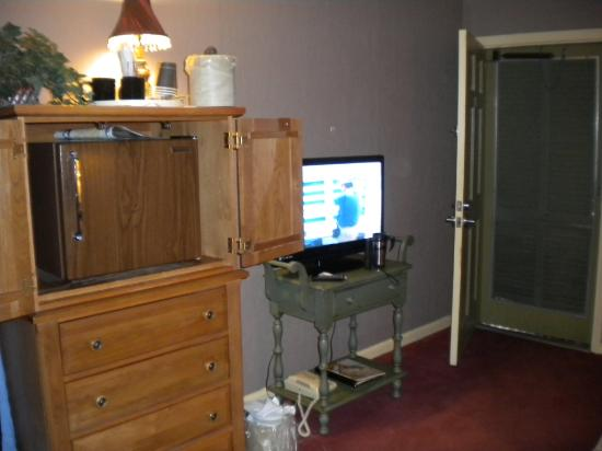 The Village Inns of Blowing Rock: Hillwinds Inn: Flat Screen TV & Fridge
