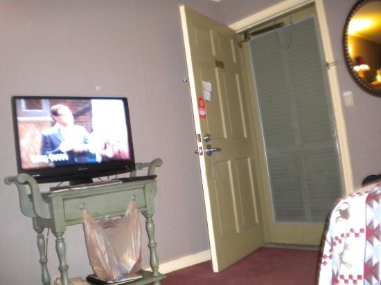 Hillwinds Inn : Flat Screen TV & Storm Door