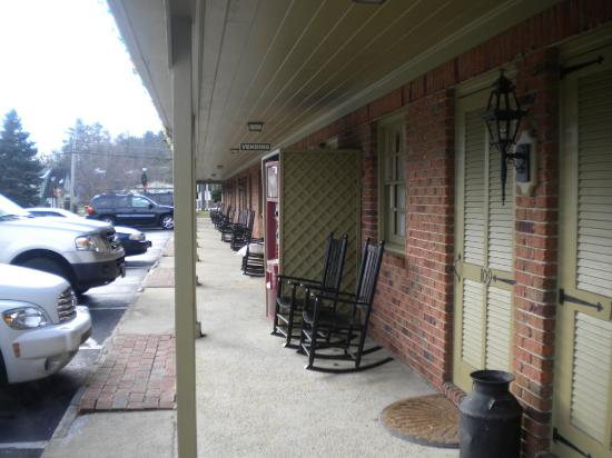 The Village Inns of Blowing Rock: Hillwinds Inn: Exterior Hallway
