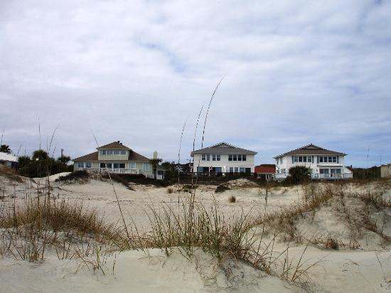 The Georgianne Inn : Looking back from the beach- That close!