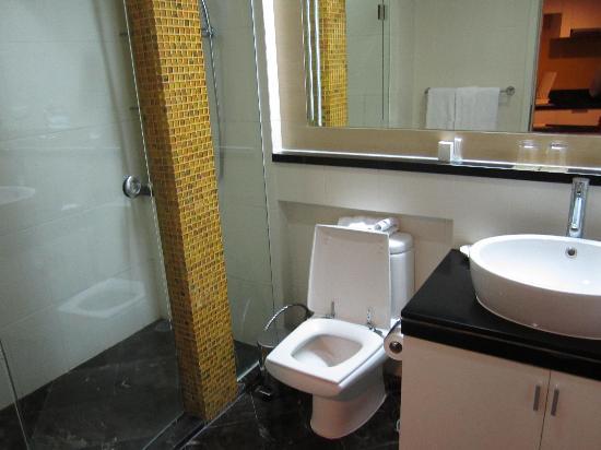 Urbana Langsuan: Bathroom.  Liked the separate shower
