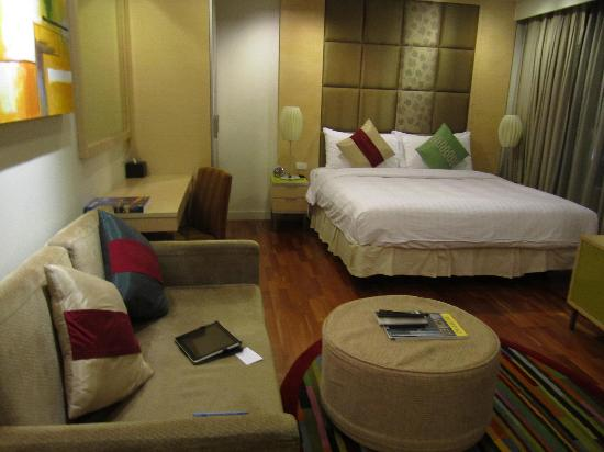 Urbana Langsuan: Sitting area and bed