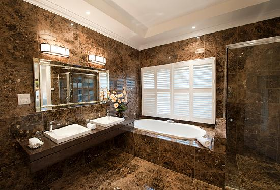 The Villa At Hannam Vale: The Valley View Bathroom