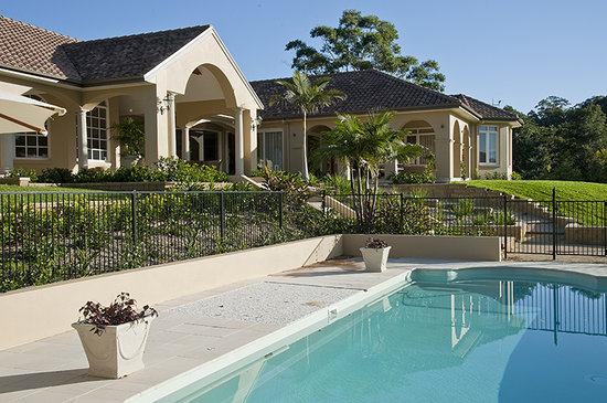 The Villa At Hannam Vale: Relax by the Saltwater Pool