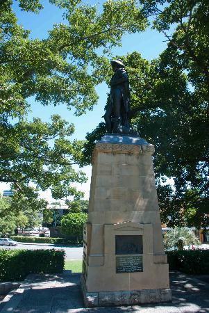 Centenary Place: Statue in the park