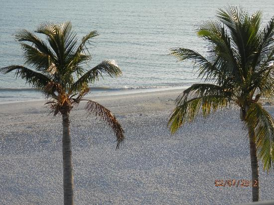 Pointe Santo de Sanibel: View of the beach from E45