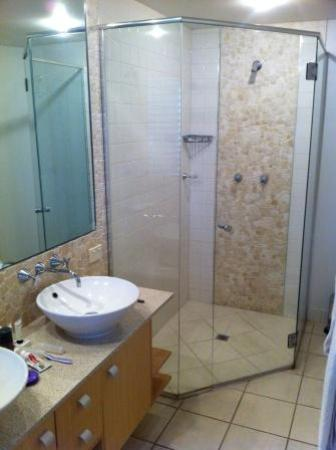 The Sebel Maroochydore: Main ensuite bathroom