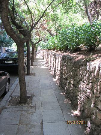 Periscope Hotel : the lovely walk to kolonaki square, along a tree lined steet, full of cicadas singing in the mid
