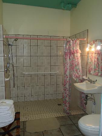 Mamacitas Guest House: Bathroom
