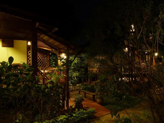 Auberge Sala Inpeng (Mekong Riverside Inn): Bungalows at night
