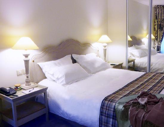 Royal Hotel Paris Champs Elysees: chambre