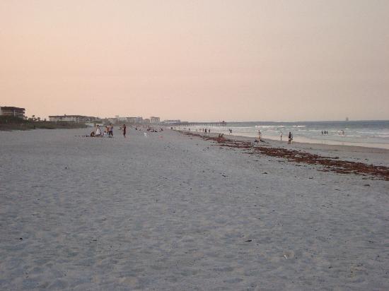 هامبتون إن كوكا بيتشكيب كانافيرال: Cocoa Beach in front of Hotel looking north
