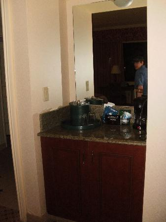 Harrah's North Kansas City: Coffee area, fridge underneath