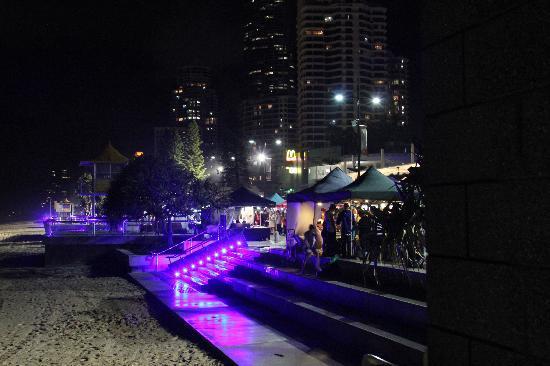 Surfers Paradise Beach : night market and lights