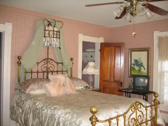 Benner House Bed and Breakfast: Gardenview suite