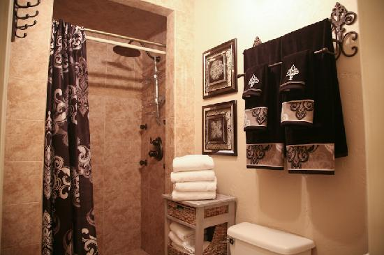 Inn on the Creek: Bella Suite's spa shower with rain shower head and massage jets.