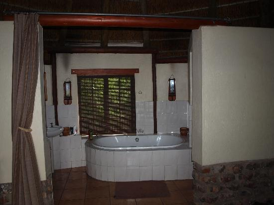 Schotia Safaris Private Game Reserve: Bathroom area