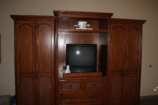 Casa Ojai Inn: TV/Closet/Refrigerator