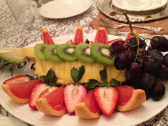 Antebellum Guest House: Pineapple fruit plate