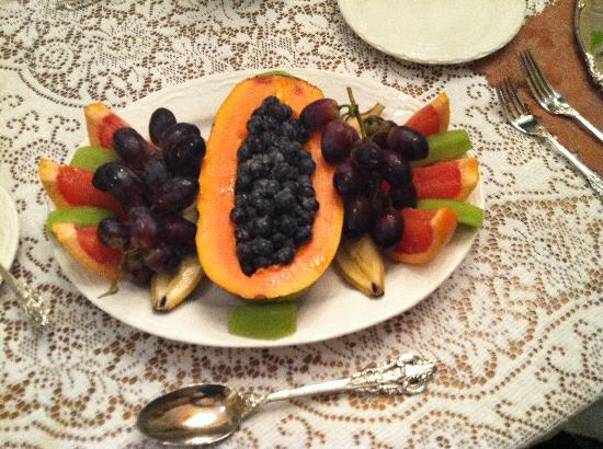 Antebellum Guest House: Papaya fruit plate