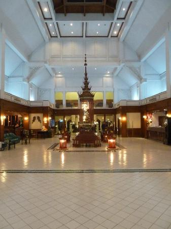 Wiang Indra Riverside Resort: Hotel Lobby