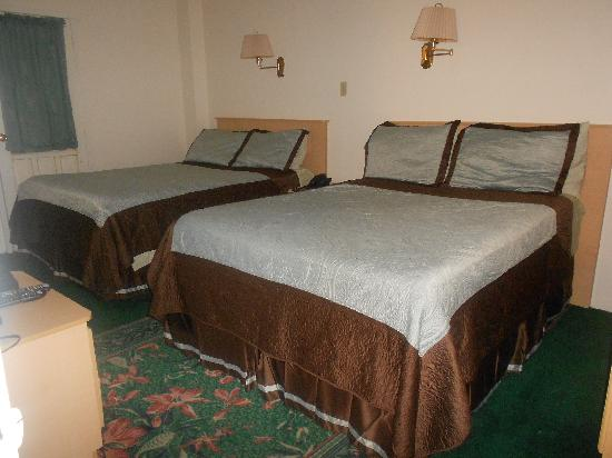 King's Plaza Hotel: Queen beds in double room