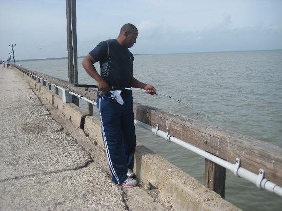Sportsman Manor Motel: Fishing on Copano Pier..