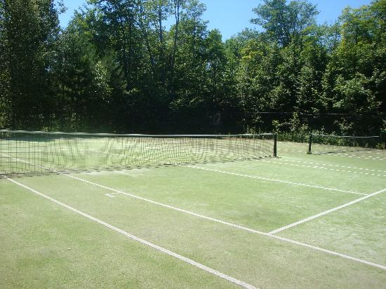Super 8 Parry Sound: tennis courts we didn't get to use
