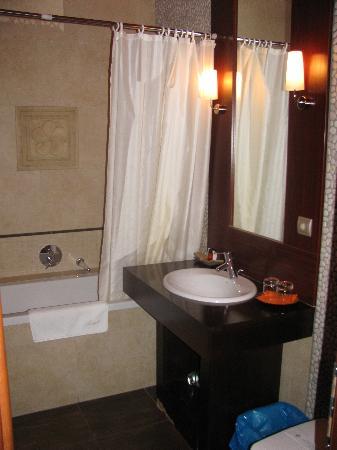 Mala Garden Hotel: Our bathroom