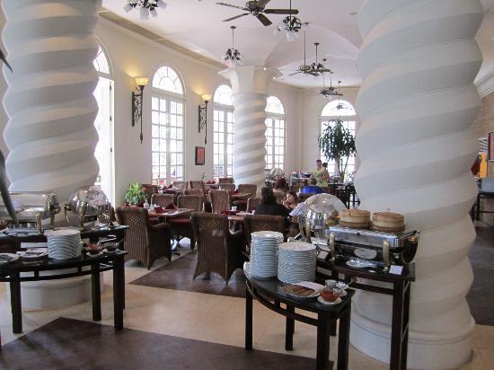 Sunrise Nha Trang Beach Hotel & Spa: Breakfast area