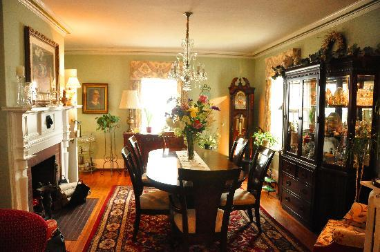 1907 Bragdon House Bed & Breakfast: Dinning area