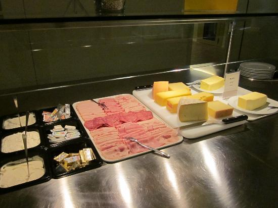 St. Moritz Youth Hostel: Selection of cold-meat and cheese