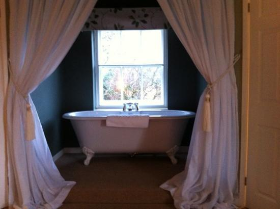Orles Barn Hotel : the bath at the bottom of the bed