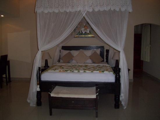 Arya Amed Beach Resort: Beautiful bed!