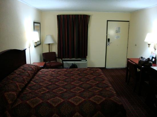 Econo Lodge: Room - view 1/2