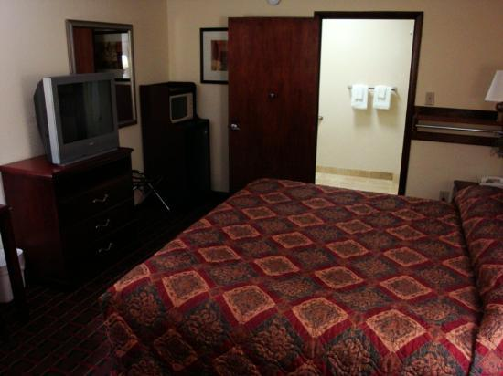 Econo Lodge: Room - view 2/2