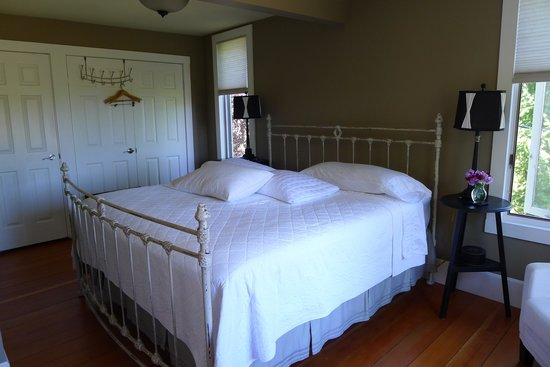 Corbett House Country Inn: Master bedroom