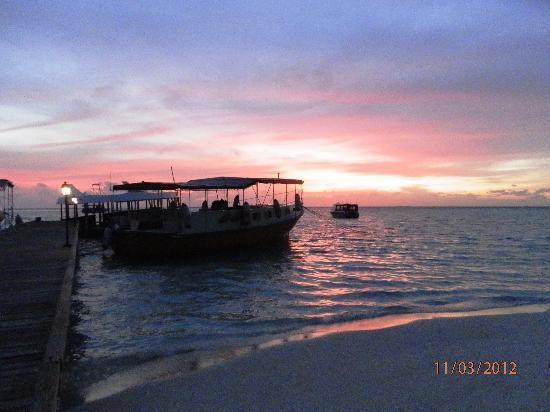 Embudu Village: coucher de soleil sur le ponton