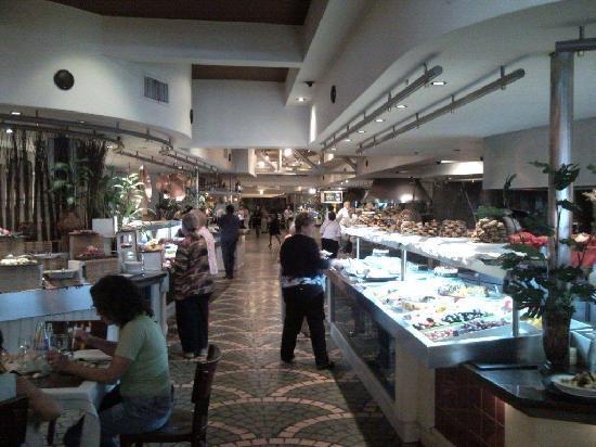 Distretto Federale, Argentina: Izquierda mesa de frios, derecha mesa de postres, al fondo salon y lugar de pescados, parrilla,