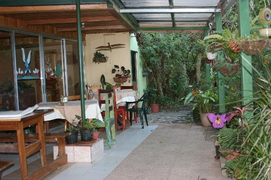 Hotel Jardines de Monteverde: Garden outside dining room