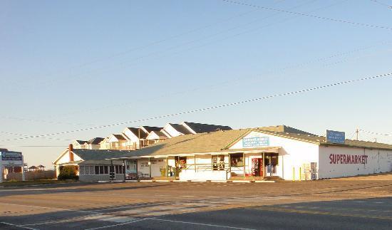 رودواي إن آند سويتس: Cahoon's General Store across the street