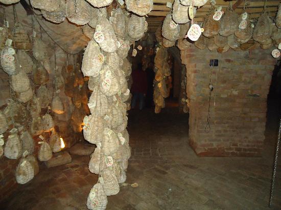 Polesine Parmense, Italien: Les caves :les jambons