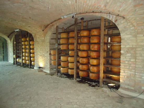 Polesine Parmense, Italien: Les caves : les meules de  parmesan